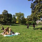 Un parc agréable par une belle journée