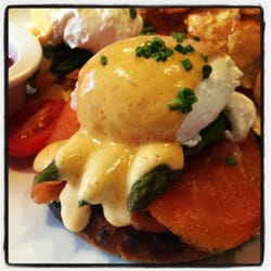 TALA, An American Bistro - Eggs Benedict with salmon and asparagus. - Latham, NY, Vereinigte Staaten