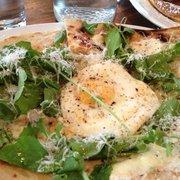 Allswell - Brooklyn, NY, États-Unis. Flatbread with arugula, ricotta and fried egg