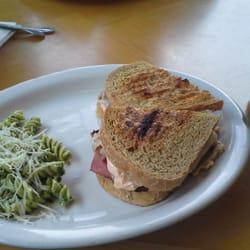 Susanne's Bakery & Delicatessen - Ruben with pasta salad. - Gig Harbor, WA, Vereinigte Staaten