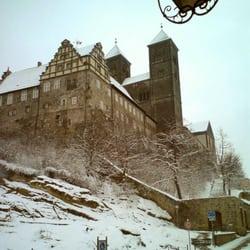 Das Schloss Ende März noch verschneit.