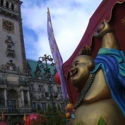 Buddha vor dem Hamburger Rathaus (China…