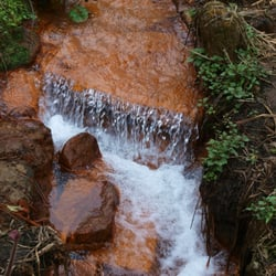 braunrot gefärbt vom Raseneisenstein im…