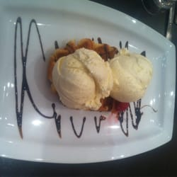 Patisserie Valerie - Waffle with strawberry jam filling, topped with vanilla ice cream - London, Vereinigtes Königreich