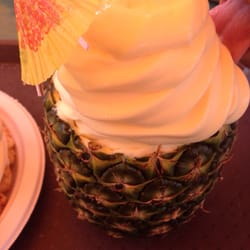 Pineapple Pete's Island Eats - San Diego, CA, États-Unis. The pineapple with pineapple ice cream.
