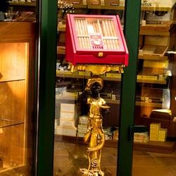 Zigarren-Humidor auf antikem Tischchen