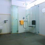 Behindertengerechtes Badezimmer im…