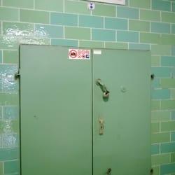 La porte d'entrée du bunker, dans les…