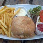 Chicken burger 'n chips chez Old Station House