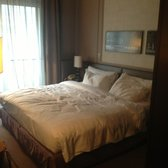 Basic room with queen bed no Eiffel Tower view