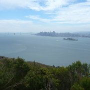 Angel Island State Park - Tiburon, CA, États-Unis. Bay Bridge and downtown SF from Mount Livermore summit.