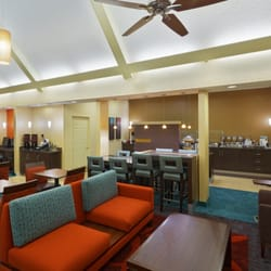 Residence Inn Austin Northwest/Arboretum - Austin, TX, États-Unis. The Gatehouse has plenty of comfortable lounge seating for guests to enjoy breakfast with the family.