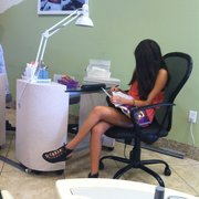 Happy Nails - Chino, CA, États-Unis. Relaxing and reading