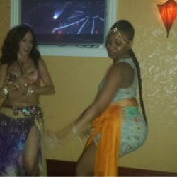 Cozy Cafe - New York, NY, États-Unis. The belly dancer and myself