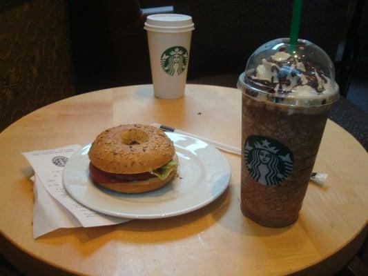... Bagel und Venti Java Chip Frappuccino mit Kaffee und Schlagsahne