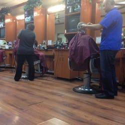 Camelback Barber Shop - Phoenix, AZ, Vereinigte Staaten. Guy in blue ...
