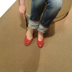 Schatzi probiert ihre neuen Schuhe!