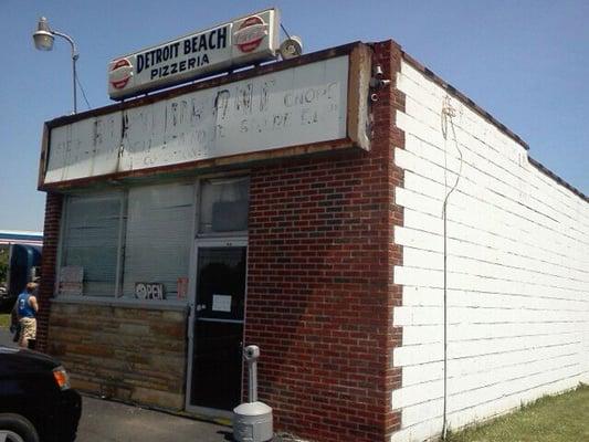 Detroit beach restaurant pizzeria pizza yelp for Cuisine 1300 monroe mi