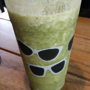 Starbucks - Daly City, CA, États-Unis. Venti sweet green smoothie add fresh kale, one scoop whey protein, and a banana 7.95 meal replacement