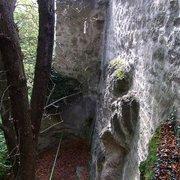 Naturfels wurde mit Mauerwerk verbunden…