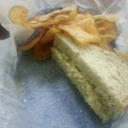 Parcell's Deli  Grille  Bakery - Benton, KY, États-Unis. Tuna salad on homemade rye with flat chips