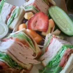 Joe's - Rocky River, OH, États-Unis. Turkey club with fruit salad