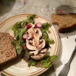 La terrine accompagnée d'une salade avec…
