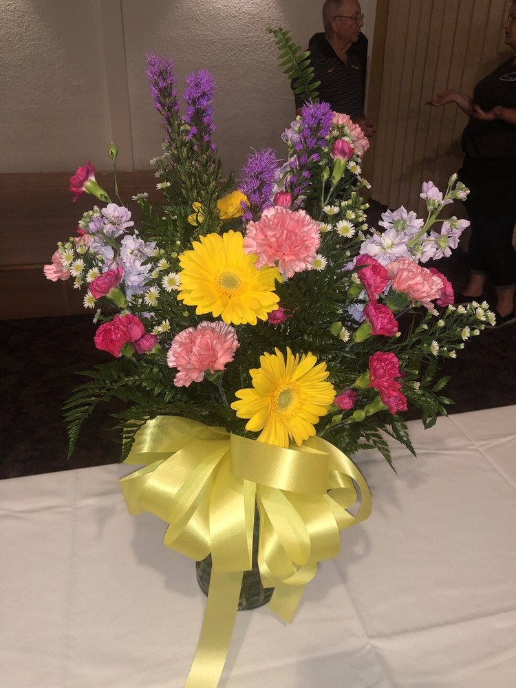 Dede's Flowers & Gifts: 1005 S Victor St, Christopher, IL