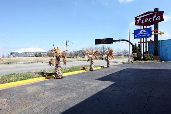 Americas Best Value Inn: 1000 E Division St, Arlington, TX