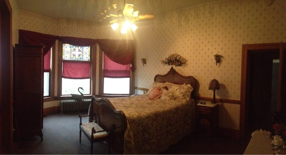 Ingelboro Mansion Bed & Breakfast: 319 N Main St, Smith Center, KS