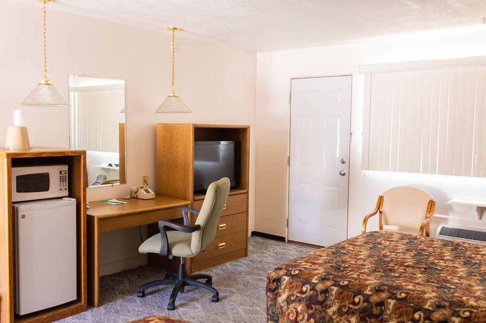 Westerner Motel: 300 Oak St, Chadron, NE