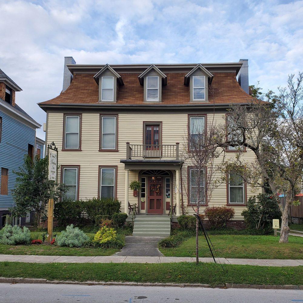 Meadows Inn: 212 Pollock St, New Bern, NC