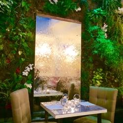 M de Monbadon - Bordeaux, France. Le mur de végétation et son miroir d'eau
