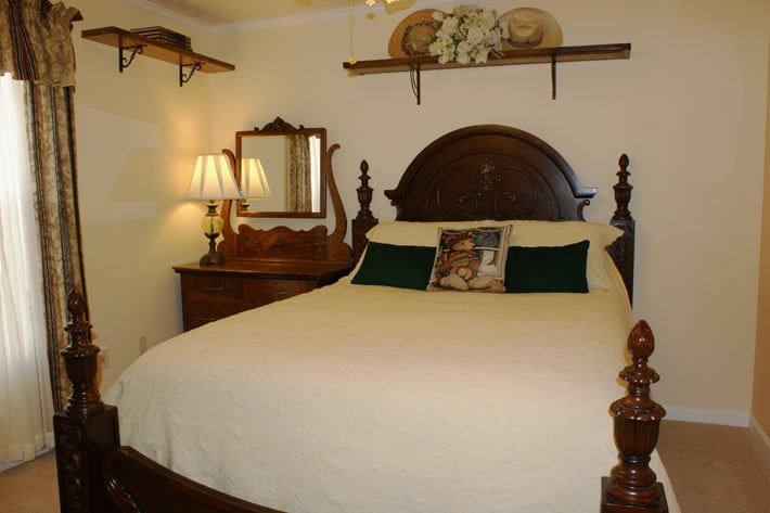 Serenity Hill Bed and Breakfast: 3600 Mammoth Cave Rd, Brownsville, KY