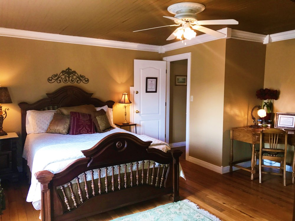 The Hill House Bed & Breakfast: 110 Holy Cross Rd, Loretto, KY