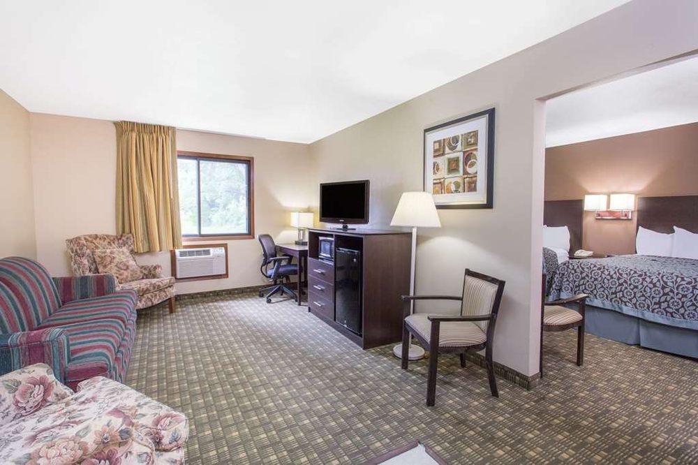 Days Inn & Suites by Wyndham Waterloo: 1809 Laporte Road, Waterloo, IA