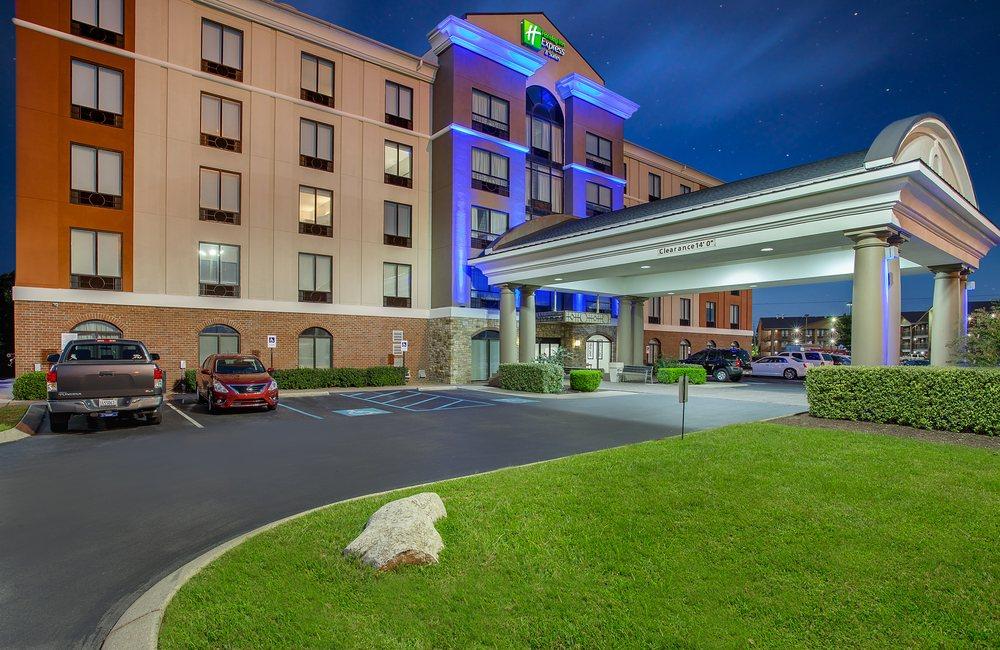 Holiday Inn Express & Suites Lebanon: 826 S Cumberland St, Lebanon, TN