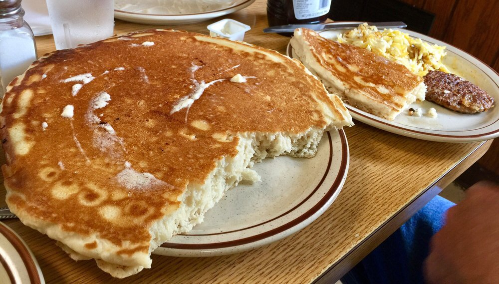 Lou's Diner: 2720 Willis Ave, Perry, IA