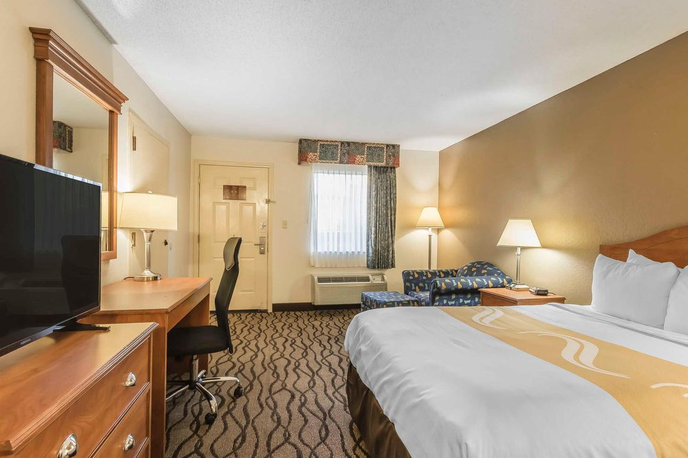 Quality Inn: 102 Drake St, Charleston, MO