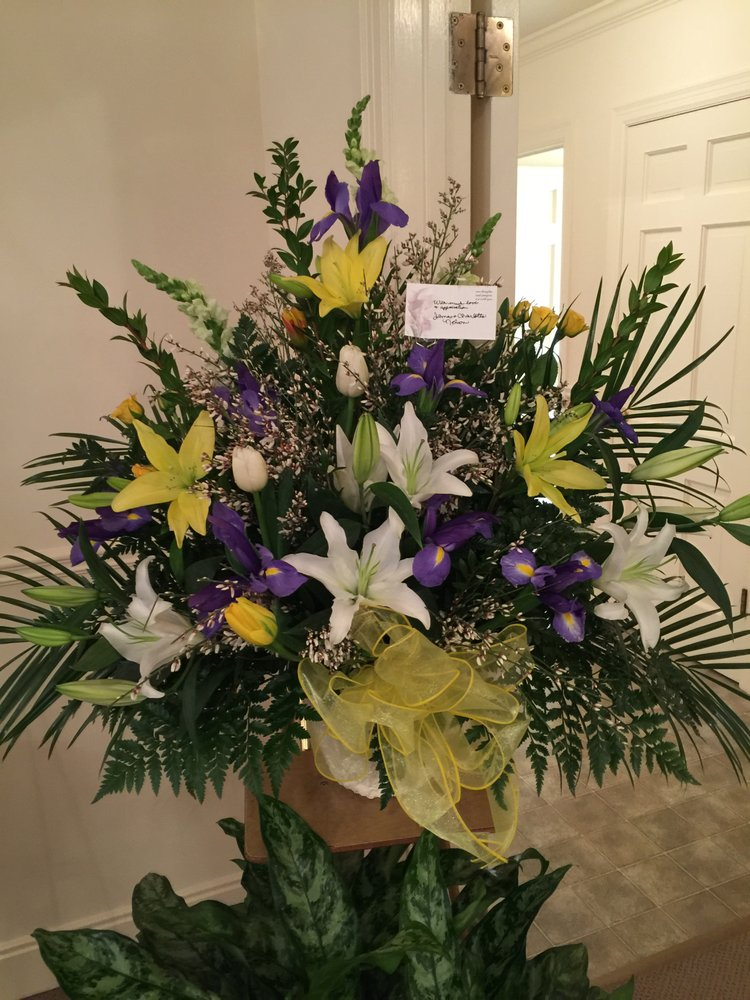 Montgomery Florist: 107 W 2nd St, Montgomery City, MO