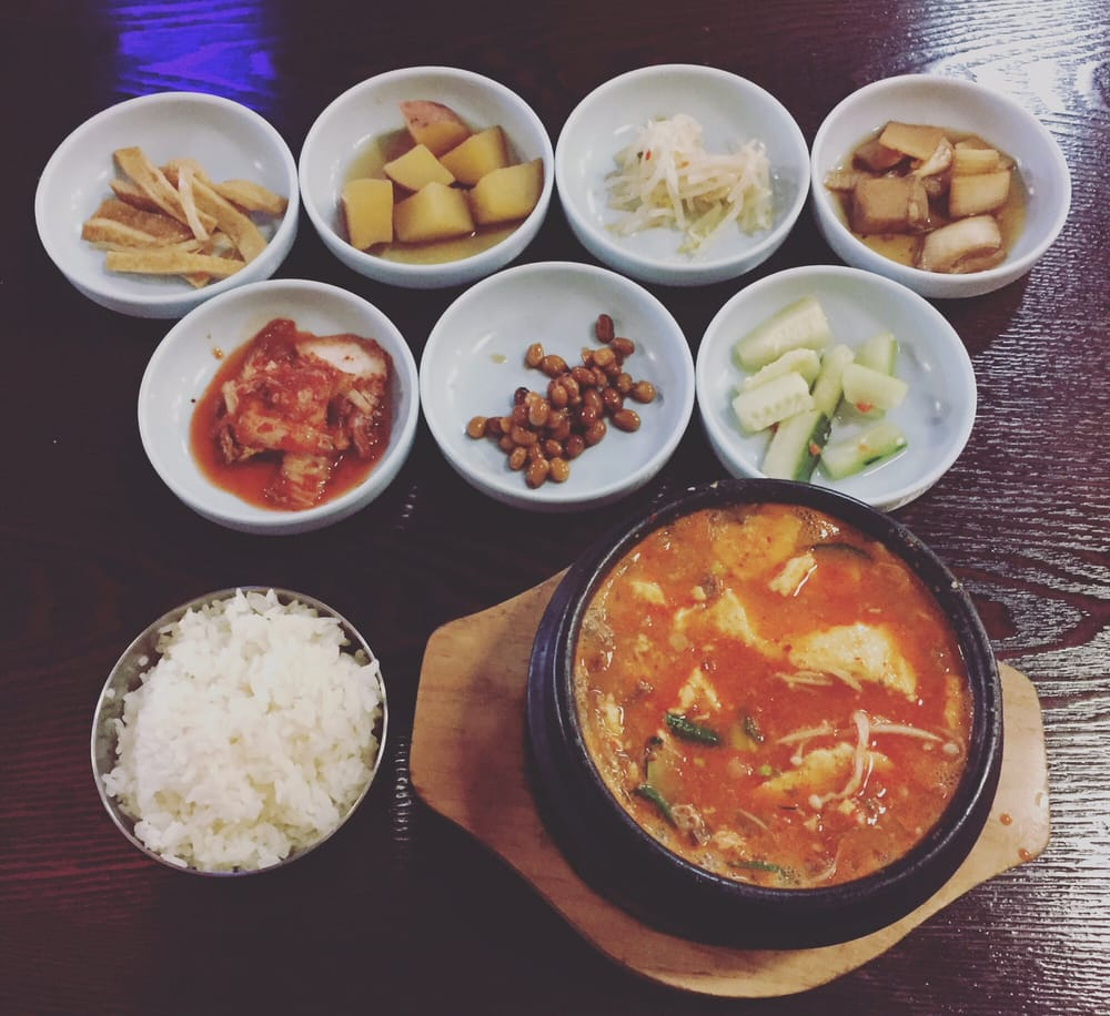 Tofu Soup And A Full Set Of Side Dishes