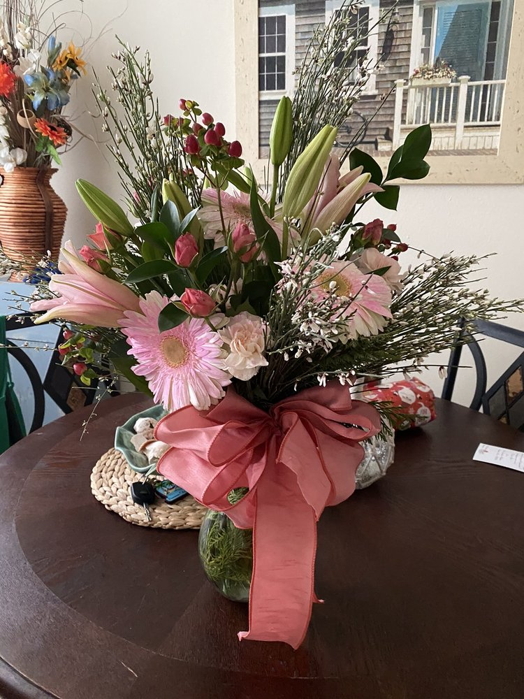 Sheila's Flowers and Gifts: 802 E Main St, Fulton, MS