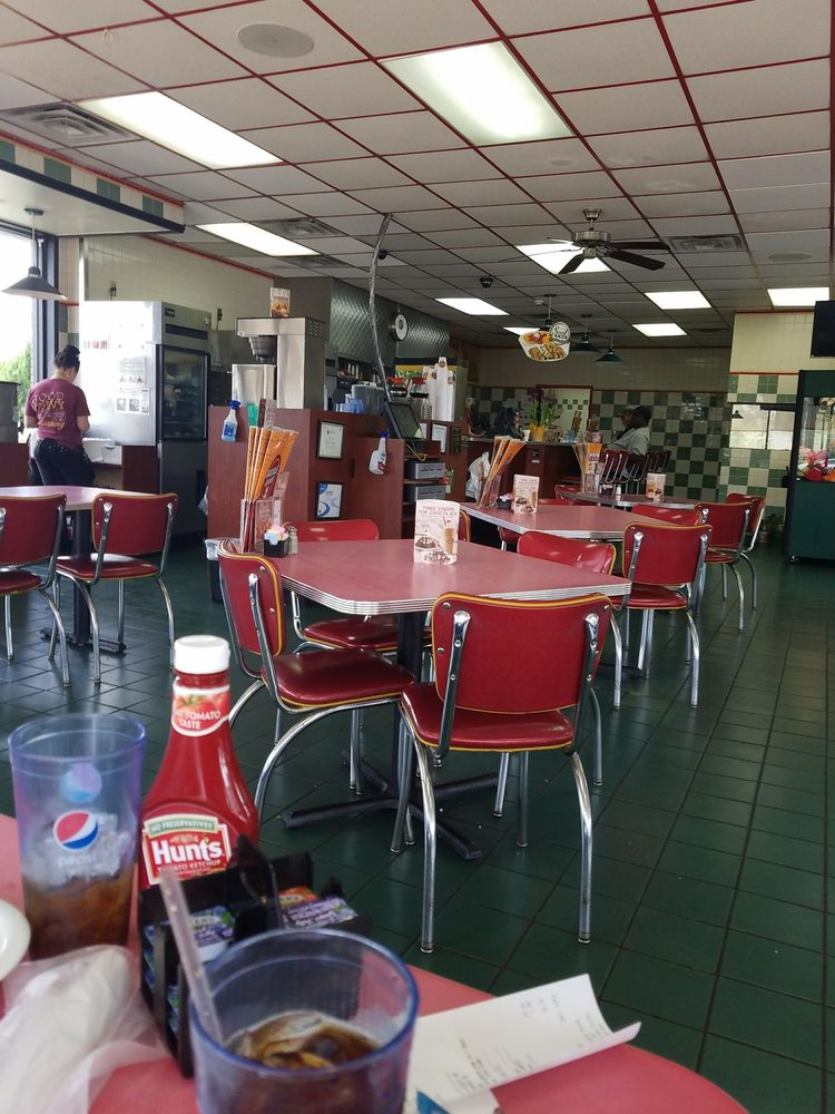 Huddle House: 1511 Highway 278 East, Amory, MS
