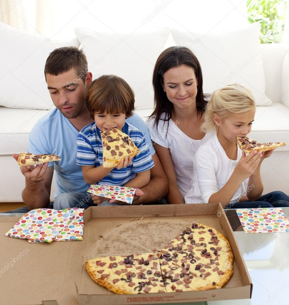 family eating pizza - 946×1000