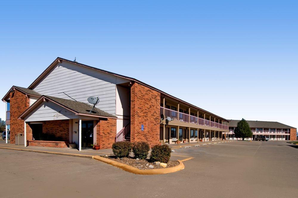Americas Best Value Inn Garden City: 1818 Commanche Drive, Garden City, KS