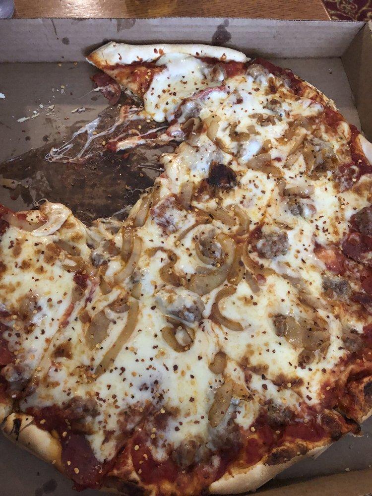 Girolamo Pizzeria: 144 N East Court St, Nashville, IL