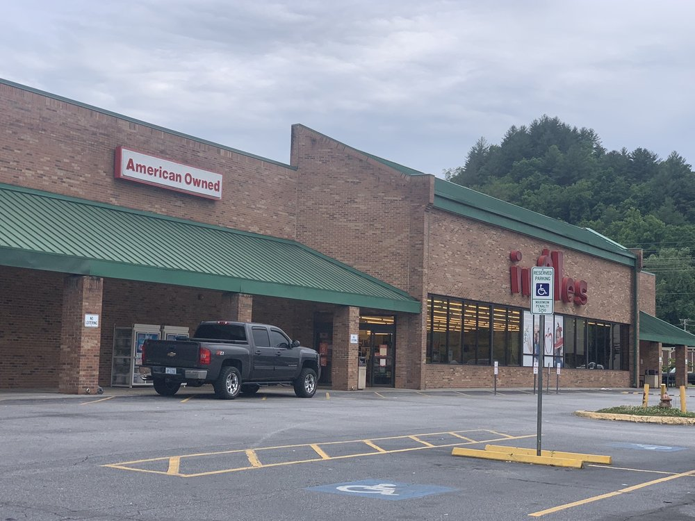 Ingle's Markets No 131: 2 Sweetwater Rd, Robbinsville, NC