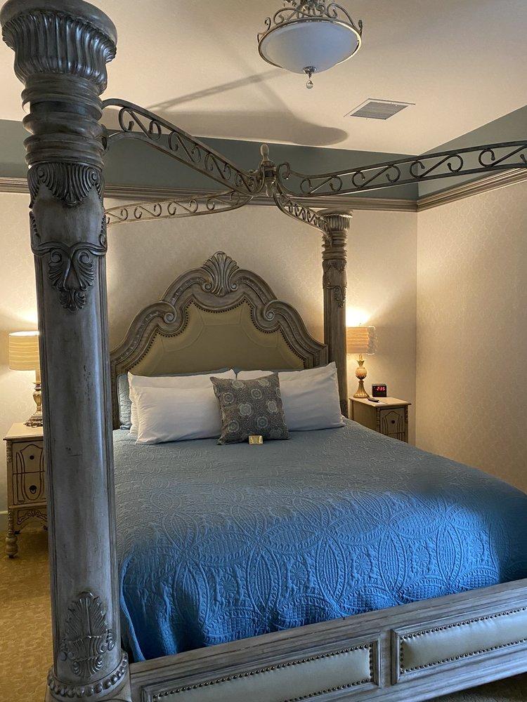 Historic Elgin Hotel: 115 N 3rd St, Marion, KS