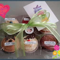 Razzle dazzle cupcakes wedding giveaways