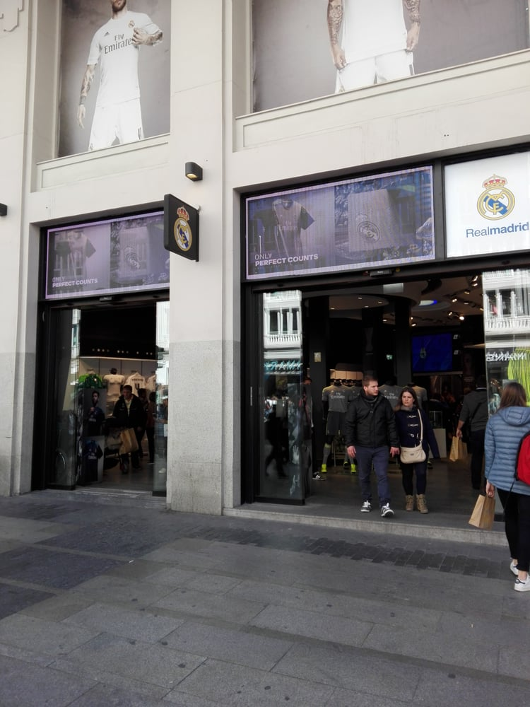 Real madrid abbigliamento sportivo gran via 31 sol for Real madrid oficinas telefono